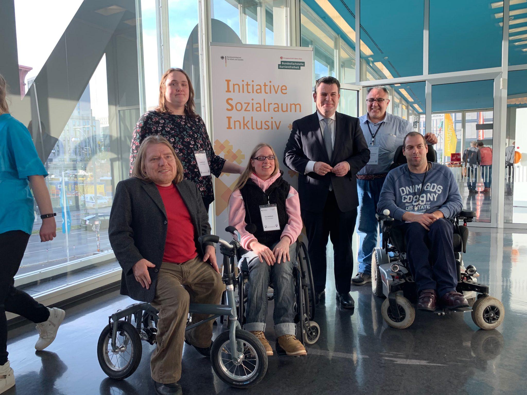 Eine Gruppe von Menschen mit Behinderung gemeinsam mit Arbeitsminister Hubertus Heil